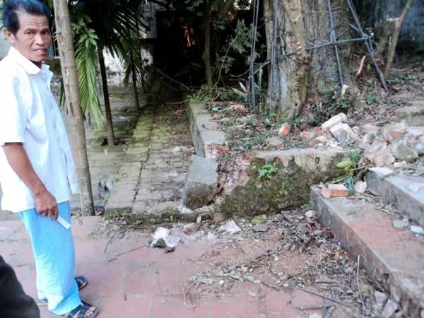 Các dấu tích của vụ cưa trộm: gạch vỡ...